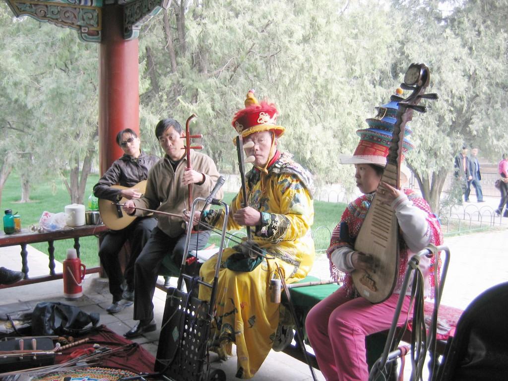 Парк у храма Неба. Китайские музыканты.